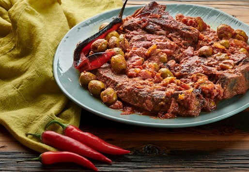 בקר עם זיתים, עגבניות ופלפל חריף