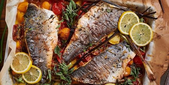 דג צלוי בתנור עם עגבניות